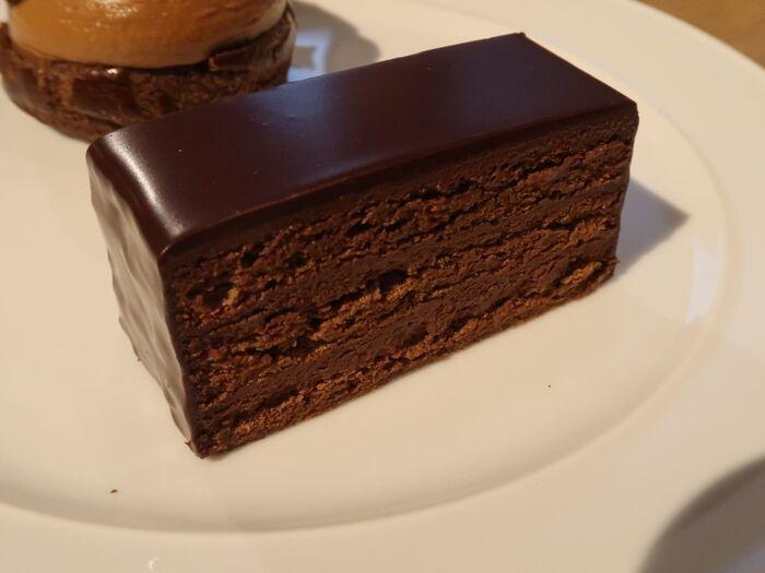 スペシャリテの「サンフォアキンドス」には、シェフが厳選したチョコレートがふんだんに使われています。つややかな光沢が美しく、ひと口食べるとカカオの風味が広がり、しっとりとした生地とチョコレートが溶け合います。