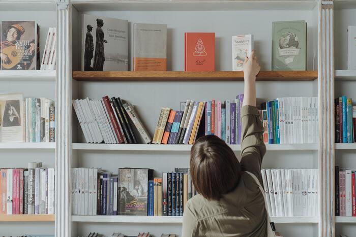 時間がない時には、つい空いている場所に本をしまいがちです。本を背の順に並び変えたり、倒れた本をまっすぐに立たせたり、ジャンルごとに揃えたりするだけでも、見違えるほど見た目がすっきりします。「こんな本を持っていたんだ」と気づく、きっかけにもなるかもしれません。