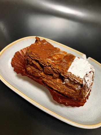 並んでも食べたいと評判なのが、スペシャリテの「ミルフィーユショコラ」です。パイ生地は北海道産小麦にチョコを練り込んだ生地を折り込み、1週間も熟成させています。サクサクのパイとチョコレートクリームを3層に重ねていて、食感とチョコレートの奥深い味わいを堪能できます。