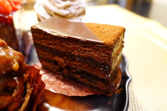 「アメール80」は、カカオ80%のチョコレートとまろやかなムース、フランスの老舗チョコレートメーカー・ヴァローナ製のカカオパウダーで作ったビスキュイとガナッシュを、なんと11層に重ねているそう。ここでしか味わえない極上のチョコレートケーキです。