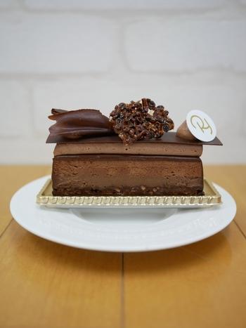 いろいろな食感や風味を味わいたい方は「イマージュ」がおすすめ。トップはチョコレートのクリームとムース、その下にはブラウニーなど層になっているので、舌触りや口溶けの違いを楽しめますよ。