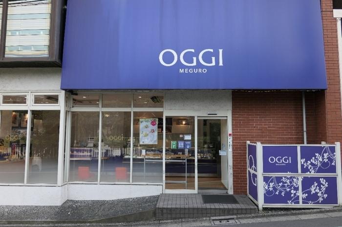 """東京目黒に本店を構える「OGGI(オッジ)」は、1978年創業のチョコスイーツが人気の洋菓子店。青と紫が調和した""""オッジブルー""""と呼ばれる独自のカラーが目を惹きます。"""