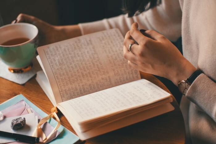 「言葉遣い」や「感謝の伝え方」などに度々悩んでしまう人は、あらかじめ「正しい言葉遣い」「感謝を伝える言葉」をまとめておく。そうすれば、言葉が出てこない時にもすぐに見返すことができ、ストレスを減らせるかもしれません。言葉のバリエーションが増えるほど、人との交流や読書の時間などがさらに充実するはずです。
