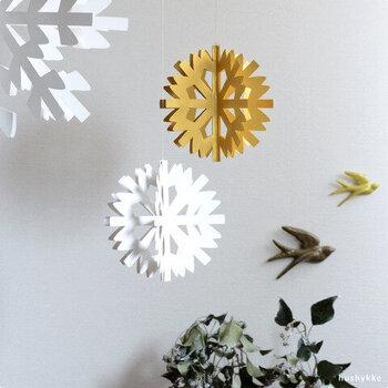 インテリアに冬らしさをプラスしてくれる、雪の結晶モチーフの北欧モビールです。紙製でとても軽いのでわずかな風でもゆらゆらと揺れ、押しピンなどで簡単に取り付け可能。デザインや色違いで飾ると空間にメリハリが生まれます。