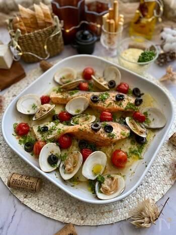 鯛や鱈など白身魚で作るイメージが強いアクアパッツァですが、鮭ではあまりしないかも・・・?でも鮭も実は白身魚だから、アクアパッツァにするとおいしいんです。アサリのお出汁と合わさって、あっさりとコクのある一品になります。