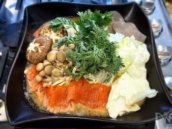 お味噌が利いた石狩鍋は、北海道の郷土料理です。特産品同士の組み合わせは、間違いのない組み合わせですよね。キャベツや白菜など、冬のお野菜もたっぷり入れてみんなで楽しめます。