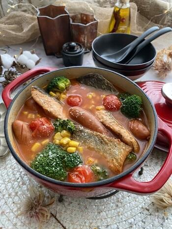 鮭とトマトの意外な組み合わせが新鮮なお鍋です。ソーセージやブロッコリーも入れて、子供も喜んで食べてくれそう。〆はリゾットやパスタがおいしそうです。