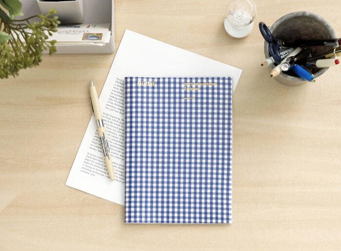 プレーンな表紙に箔押しのワンポイントが人気の「パピヨン」のスケジュール帳。シンプルだからこそ1年中飽きずに使うことができると評判のロングセラーです。サイズ感もペンが収まりやすいコンパクトサイズ。厚みもないため、携帯用として使うのもおすすめです。