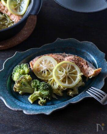 土鍋て作る蒸し料理です。そのまま食卓に運べて映える見た目は、パーティーメニューにもなりそうです。土鍋というと敷居が高そうですが、材料を入れたら中火で7~8分蒸すだけの簡単調理です。お好みのドレッシングで味付けを楽しみます。