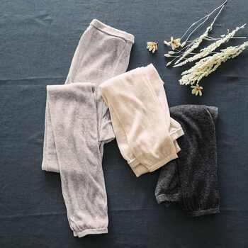 特に冷えを感じやすい腰から太もも部分には、上質な絹紡糸(けんぼうし)を起毛させたふんわりシルクのレギンス。軽いのに温かくて見た目にも可愛い、そんな贅沢な一品です。お腹から足首までをすっぽり覆って、下半身の冷えから守ってくれます。