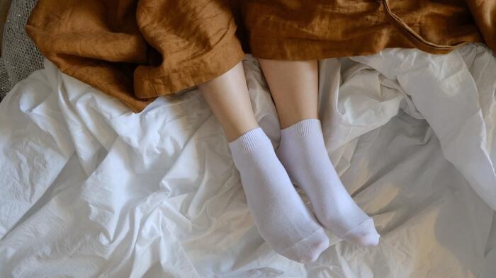 せっかくクリームで保湿をしても、寝ている間にシーツで擦れてしまっては意味がありません。かかとクリームを塗ったら、靴下を履いて保護しましょう。綿やシルク素材の靴下は履き心地が良く、肌への刺激も少ないのでおすすめです。