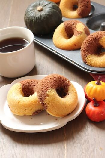 砂糖の代わりに甘酒を使って、やさしい甘みに仕上げた焼きドーナツ。米粉を使っているのでもっちりと仕上がります。カボチャ味とココア味のマーブル模様で、2つの味が楽しめるのも魅力です♪