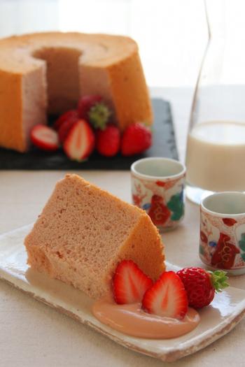 甘酒を使ったいちごのシフォンケーキです。いちごパウダーでピンク色に仕上げます。栄養価の高いきび砂糖を少し加えていて、やさしい甘さのケーキに。米粉を使ったいちごカスタードと一緒に頂きましょう。