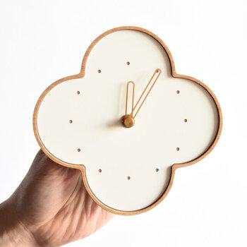 自然のままの素材を使用した、シンプルな四つ葉型の壁掛け時計。文字盤は数字がないシンプルなタイプで、リビングや子ども部屋など場所を選ばずに使用できます。  こちらはならの木を使用したベージュの木色に、白の画材を合わせたナチュラルカラー。他にも、チーク×白・チーク×黒・さくら×黒・ウォールナット×黒のカラーを展開しています。