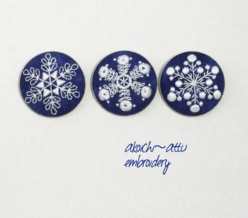 丁寧に刺繍が施された、北欧風の雪の結晶デザインのブローチ。シンプルなので洋服の胸元をはじめ、無地のバッグやポーチのアクセントに付けたり、ネックレスチェーンに通してアクセサリーにアレンジも可能です。
