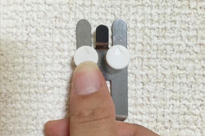 取り付けたい場所が決まったら、壁に取り付けるためのフックを、付属のピンで画像のように固定します。
