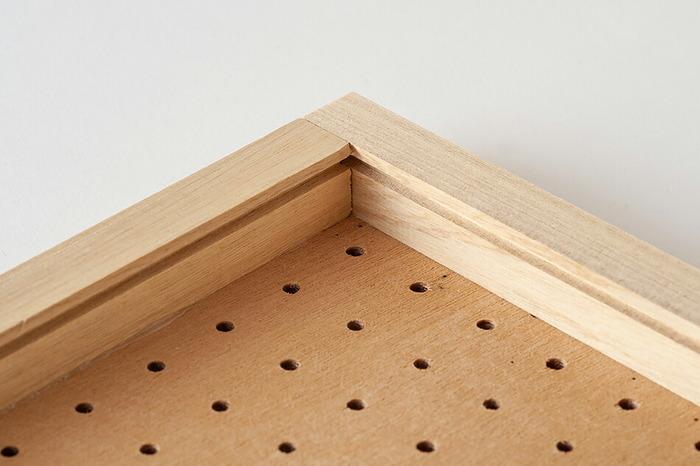 立て掛けても使えますが、壁に設置するのも簡単です。ペグウォールは裏側にフックをひっかけるための溝がついています。