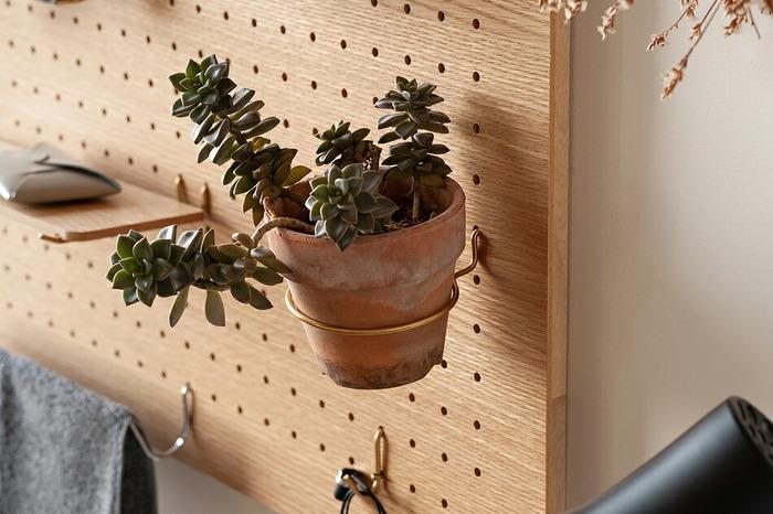 玄関先によく使う鍵やアクセサリーを掛けて収納したり、リビングで写真や鉢植えを見せて収納し、オシャレなインテリアに活用したり、とっても便利なamabro のペグボードシリーズ。早速取り付け方や、それぞれのパーツの便利な使い方などを詳しくご紹介します。