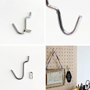 キーホルダーや鍵、アクセサリーなど、色々なものを引っ掛けて収納できるフック。ペグウォールの表面に開いた穴にフックを差し込むだけで、簡単に吊るして収納ができます。
