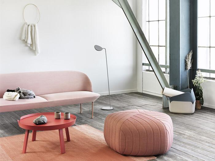 やさしく、「大人かわいい」雰囲気を作ってくれる淡いピンクも今年注目のトレンドカラーとなりそうです。ピンクに少し抵抗があるという方も、上品で落ち着いた淡いピンクならお部屋に取り入れやすいですよ。簡単に貼れる壁紙などを使って空間のアクセントにしたり、クッションカバーやブランケットなどの小物で取り入れるのもおすすめです。