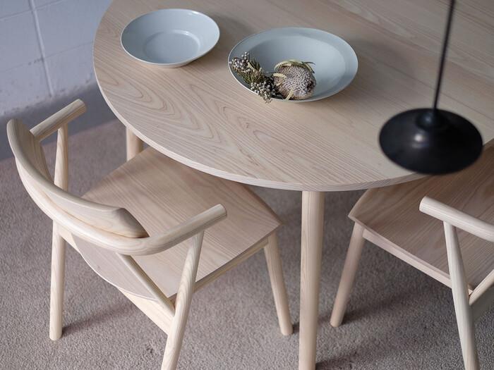 「直線的でシャープ」なデザインというより、やさしく丸みのある「アーチ型デザイン」が2021年のトレンドになりそうです。アーチ型のデザインはお部屋の雰囲気を和らげ、リラックス感や癒しを与える効果があります。今年はダイニングテーブルやチェア、ソファなどの大型家具もアーチ型デザインを揃えてみませんか?