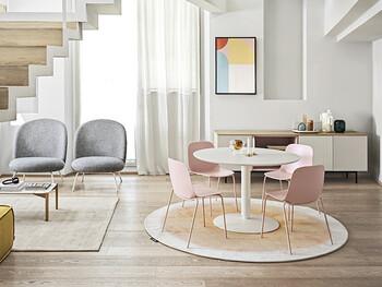今年トレンドの丸みのあるアーチ型の家具や優しい色合いのカラーコーディネートで仕上げた、全体的に柔らかい印象の空間。淡いピンクのチェアや壁のアートもアクセントになっていますね。洗練された印象がありつつも優しい雰囲気で、子供が居るファミリー層にもおすすめのコーディネートです。
