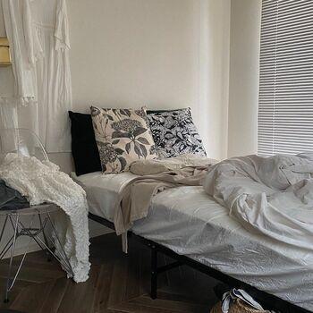 今年注目の植物柄クッションを取り入れたコーディネート。モノトーンを選ぶことで大人っぽい印象になっています。植物柄アイテムを取り入れたいけど、変に目立ってしまわないか不安・・・という方はモノトーンカラーを選んでみましょう。クッションがアクセントになって、寝室がグンとおしゃれに♪