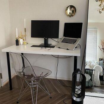 昨年からテレワークが普及し始め、自宅で「ホームオフィス」のスペースを作っている方も多いのでは。おうちにワークスペースを作るのなら、機能性だけでなくおしゃれにもこだわってみましょう。こちらはシンプルな空間の中にクリアな質感のチェア、ゴールドの小物がプラスされていておしゃれな印象。お気に入りのアイテムに囲まれた空間で作業することで、仕事もはかどりそうです。