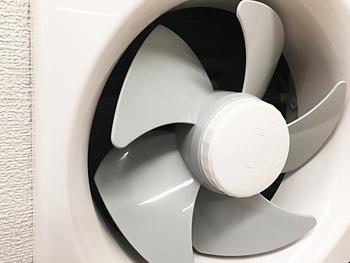 換気扇汚れにあまり触りたくないというときは、換気扇が入るサイズのゴミ袋を用意しましょう(あまり大きすぎないサイズがおすすめです)。 外した換気扇をビニール袋に入れ、粉の酸素系漂白剤(なければ洗濯用洗剤2回分程度)とギリギリ我慢して入れるお風呂程度の熱いお湯を入れて輪ゴムで口を止めて洗剤液に浸した状態でお湯が冷めるまで浸け置きします。 ※ビニール袋が薄いときは二重にして下さい。