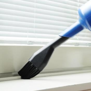 掃除機でサッシのホコリをしっかりと吸い取りましょう!細かい所も忘れずに。