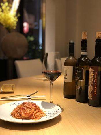 """素材の味を活かしたイタリアンは、ぜひ自然派ワインと一緒にどうぞ。""""和""""と""""伊""""の美味しいものが揃う、贅沢な時間を過ごしましょう。"""