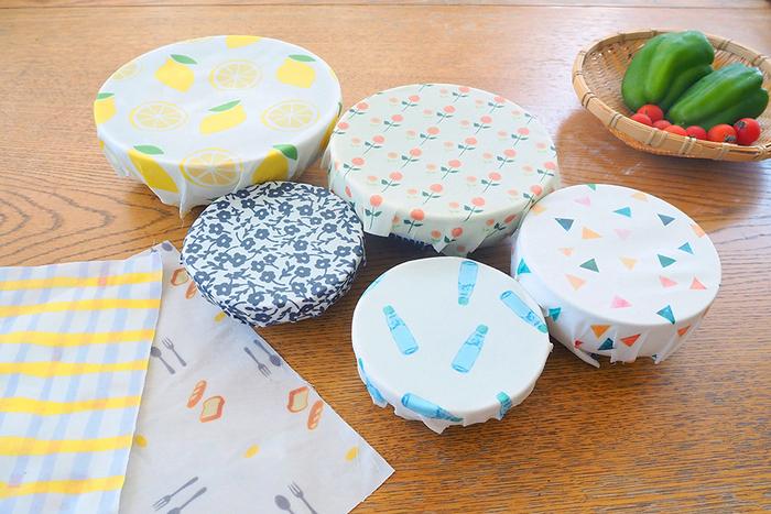 お気に入りの布で、世界に一つのミツロウラップを作ってみてはいかが?20cm×20cmの作り方が紹介されていますが、サイズを変えて作るのもおすすめです。布の重さに合わせて、蜜蝋ビーズワックスやオイルの重さを調整してくださいね。クッキングシートの上からアイロンをかけて、蜜蝋をしっかり布に染み込ませましょう。