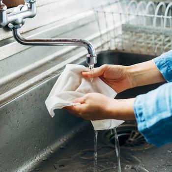 今こそ良さを見直したい、昔から活用されてきた和晒です。紙と違って濡らしても破れず、丈夫なのが嬉しいポイント。拭いたり絞ったり漉したり、フレキシブルに使えます。岡生地は滑らかで柔らかく、心地良い手触りです。