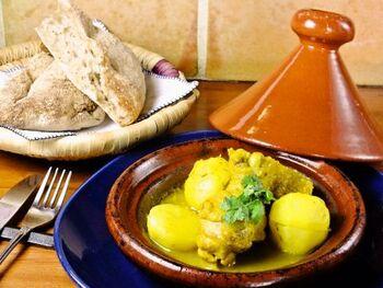 """陶製の土鍋で作る蒸し煮料理""""タジン""""は、モロッコ料理を代表するものの一つ。パンに付けながら食べるのがとても美味しいです!"""