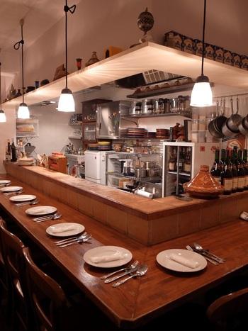 現地で修行したシェフが、モロッコで日常的に食べられている食事を日本でも広めたいと、2009年にオープンしたお店です。家庭的な温かな雰囲気は、店内からも伝わってきます。