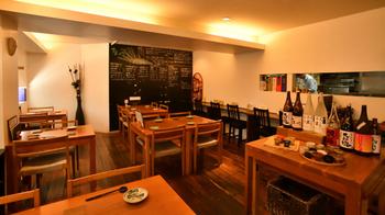 木材を多用した店内は、初めてでも寛げる空間。カウンター席もあるので、一人でふらっと立ち寄ることもできます。