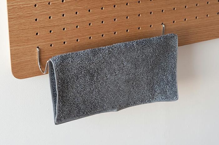 キッチンや洗面所では、横幅があるのでタオルやふきんなどを掛けるのに最適。他にも寝室でネクタイやベルトなど、毎日のように使うファッションアイテムを並べて掛けておくのも選びやすく取り出しやすくて便利です。