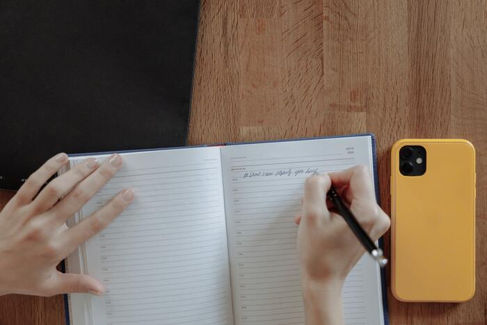 人と話す時や、メールの文章を作る時に、言葉選びに悩んでしまうことはありませんか?「どう表現したらいいのか」を悩み始めると、あっという間に時間が過ぎてしまうことも…。そこでおすすめしたいのが、すぐに使える言葉や、よく使う言葉をまとめたノートを作ること。