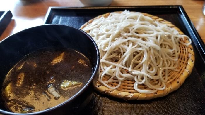 名物は「黒カレー蕎麦」!濃厚なカレーに蕎麦をつけて頂きます。つるっとした蕎麦に深みのあるカレーが絡まり絶品です。