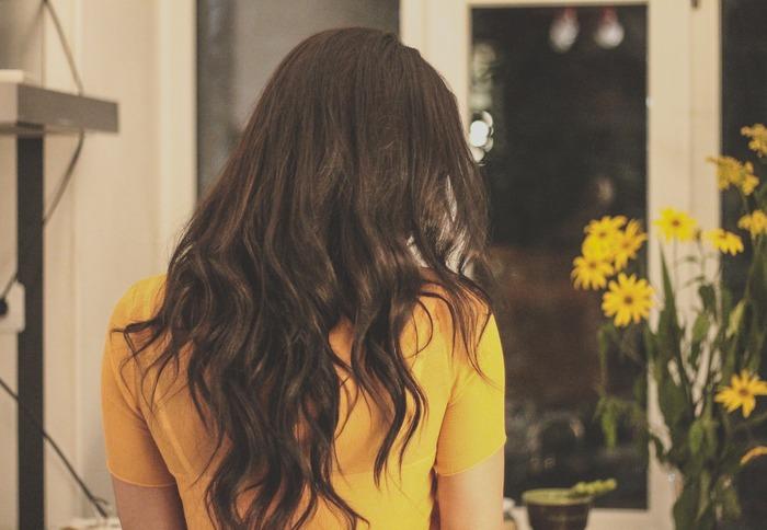 もし、5分ほど時間がある時には、ヘアスタイリングに時間をかけてみませんか?「髪の根元からブローしてボリュームを出す」「顔周りの髪をひと巻き」「うなじにおくれ毛を垂らす」など、ちょっとした工夫をするだけで印象がガラッと変わります。「髪がパサついている時はヘアミルクを使う」「まとまりにくい髪にはヘアオイルをつける」など、ヘアケアを見直すのもおすすめです。