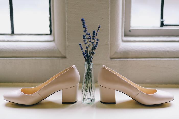 「かかとがすり減った靴」「汚れて変色してしまったシューズ」「歩くたびに甲高い音を鳴らすヒール」など、普段気が付いていても、中々お手入れできない人もいると思います。すきま時間に靴のお手入れをするならば、クロスで靴を拭く、消臭スプレーをかける、ブラッシングでほこりを落とすなど、簡単なものから始めるのがおすすめです。たった3分、靴のケアをするだけでも、身にまとう空気がさらに洗練されるはず。