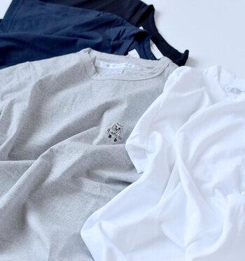 時代に流されることなく素朴であたたかみのある服作りを続けているEEL(イール)のワンポイントTシャツ。スタンダードなTシャツの胸元に小さく猫のワンポイントが刺繍で入っています。