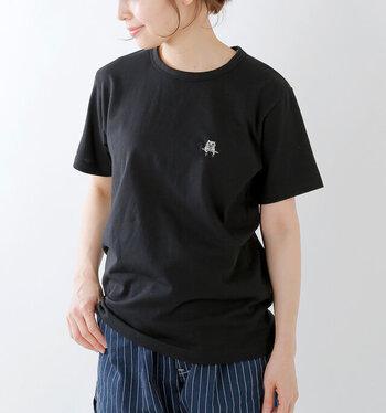 Tシャツは4色展開。写真のように黒いTシャツだと猫の刺繍がはっきりとし、コーディネートのアクセントになりそう!猫好きさんへの贈り物にもおすすめです!