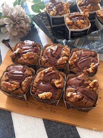 豆乳や水切り豆腐、オリーブオイルなど、ヘルシーな材料を使ったコーヒー味のふわふわチョコマフィン。チョコレートはビターのタイプなので甘さ控えめなのもポイントです。