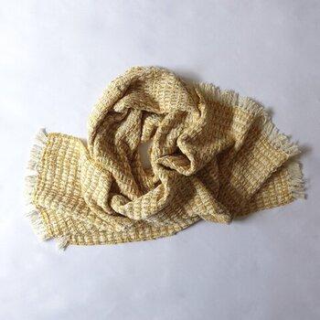 落ち綿(糸になりきれず残ってしまった繊維)から紡がられる「ガラ紡」を使って作られたストール。素朴で優しくて、風合い豊か。ビジュアルだけでなく、肌に触れた時の感覚まで愛おしく、イマジネーションが膨らみます。菜の花やミモザ、自然の植物を想起させる色を纏って。ふと、春の香りが漂ってきそうです。
