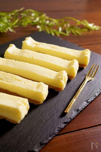 水切りヨーグルトを使った定番スイーツといえば、チーズケーキですね。こちらは電子レンジで加熱して作るとっても手軽なレシピ。クリームチーズを買わずに済むので、思い立った時にも作りやすいですよ。