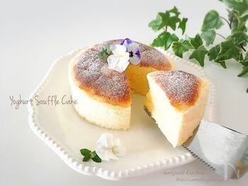 チーズケーキ風のスフレも水切りヨーグルトで低カロリーに仕上げましょう。ふわふわになるので、子どもから大人まで食べやすくなっていますよ。さらにカロリーを抑えるなら、脂肪分控えめのヨーグルトで作るのといいですね。