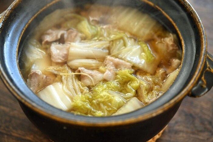 こちらも白菜&豚バラ肉のシンプルな重ね煮レシピですが、煮汁を多めにすることで、鍋やスープのような趣のある一品。たっぷりの千切り生姜がポイントで、これだけを取り出して、ご飯にかけて食べてもかなり美味しい。スープを残しておいて、翌日アレンジしていただくのも最高ですよ。
