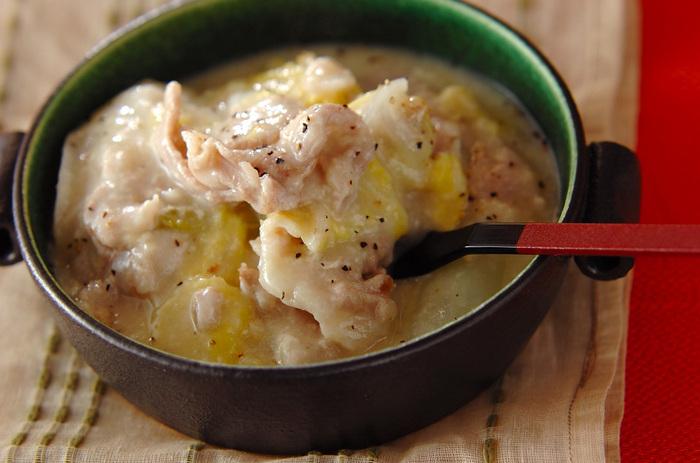 豚バラ肉&白菜の重ね煮に、チーズとお餅を加えてボリュームアップ!。トロトロ&モチモチ感がたまらない。アツアツをじっくり味わいましょう。