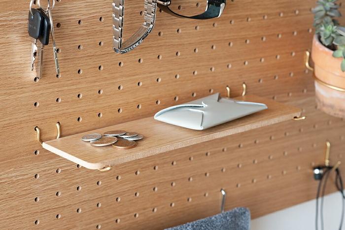 ペグトレーはペグバーのSサイズ2本を使って簡単に設置できます。こちらは長めのLサイズ。小銭やカードケースなどを置いたり、リビングや子供部屋でペントレー代わりに筆記用具や、文具類などを置くのにも適しています。